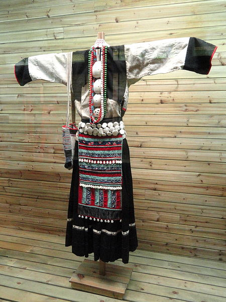 450px-Bai_woman_hemp,_shell-ornamented_clothes_-_Yunnan_Nationalities_Museum_by-Daderot-_DSC04339
